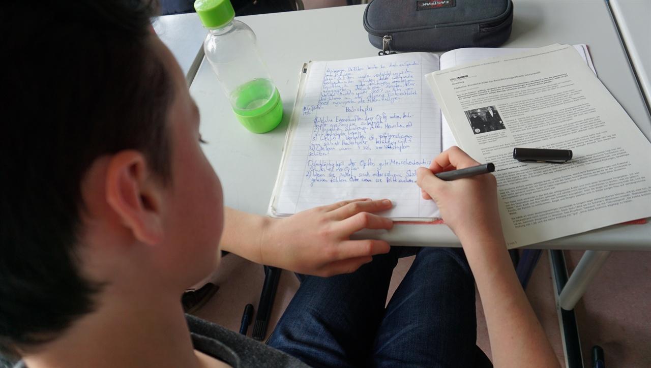 """""""글쓰기"""" 독일 비스바덴의 딜타이김나지움 학생이 독일어 시간에 글을 쓰고 있다."""