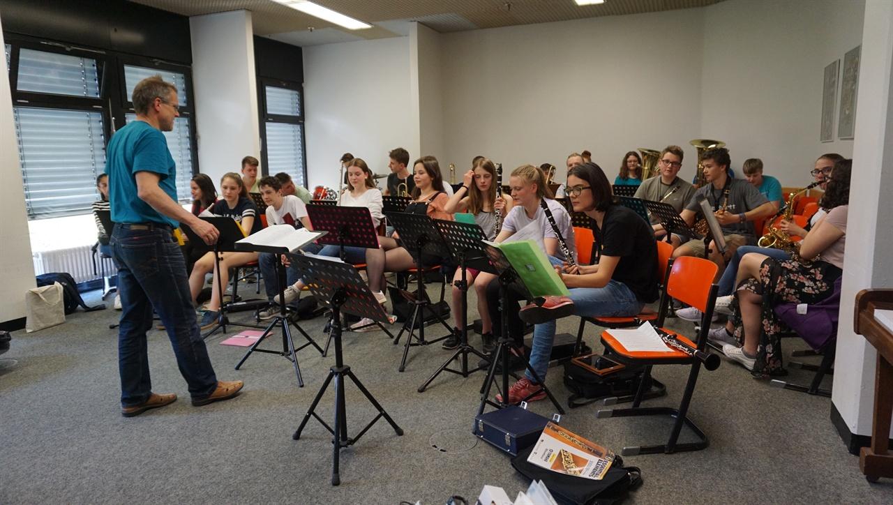 """""""악기 연주"""" 독일 괴팅겐 통합학교 학생들이 교사의 지휘에 맞춰 악기를 연주하고 있다."""