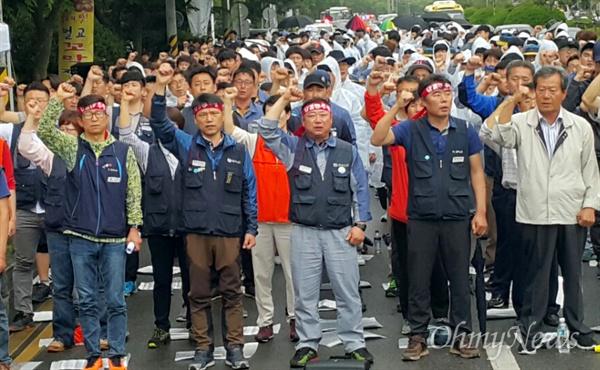 """전국금속노동조합 경남지부는 17일 오후 창원지방법원 앞에서 """"구조조정 중단, 생존권 사수, 성동조선 회생을 위한 결의대회""""를 열었다."""
