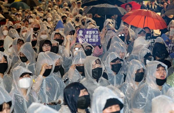 미투가 바꿀 세상 강남역 여성 살인 사건 2주기를 맞아 17일 오후 서울 강남구 신논현역에서 열린 '미투운동과 함께하는 시민행동 성차별ㆍ성폭력 4차 끝장집회'에서 참가자들이 피해여성 추모와 재발방지 등을 요구하고 있다.