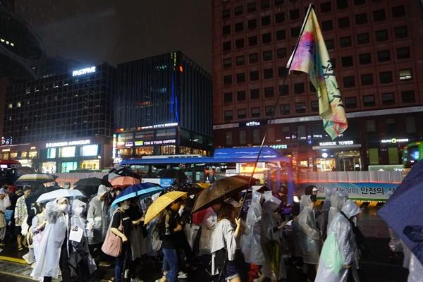 강남역 여성살인사건 2주기 추모와 성폭력 근절 위한 '성차별성폭력 4차 끝장집회'에서 참가자들이 강남역 10번출구 방향으로 행진하고 있다