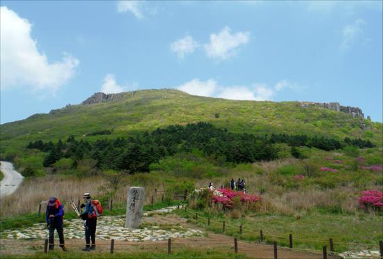 장불재는 서석대(왼쪽)와 입석대(오른쪽)를 볼 수 있는 최적의 장소이다.