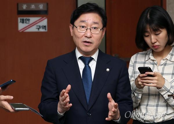 박범계 더불어민주당 수석대변인이 18일 오후 국회 정론관에서 현안 관련 기자들의 질의에 답변하고 있다.