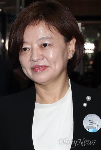 협상장으로 향하는 진선미 더불어민주당 진선미 원내수석부대표가 18일 오후 국회에서 열린 원내수석부대표 회동에 참석하고 있다.