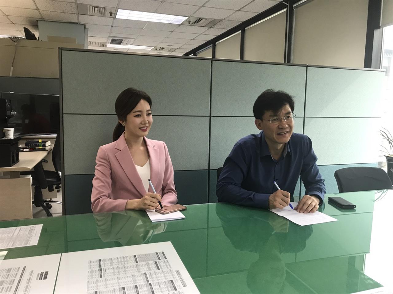 KBS <뉴스9>의 김철민)(우), 김솔희(좌) 앵커가 <오마이뉴스>와 인터뷰를 하고 있다.