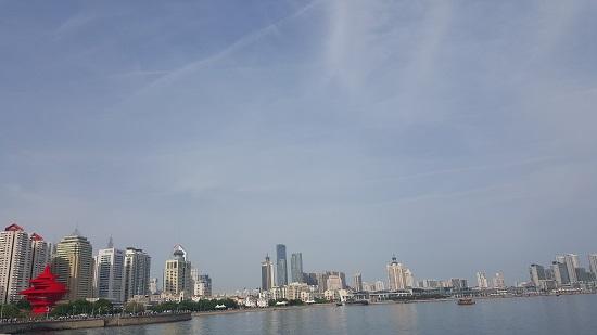 오월의 바람 조형물 주변에 펼쳐진 빌딩과 아름다운 바다