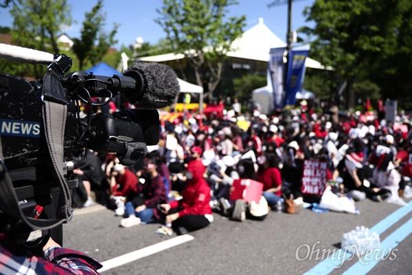 """분노한 여성들, 모이다 19일 오후 3시 서울 혜화 마로니에 공원 앞 도로에 1만 명의 여성들이 모였다. """"불법촬영 편파수사 규탄시위""""에 참여한 이들은 여성이 피해자일 때도 남성이 피해자일 때처럼 똑같이 수사하고 처벌해달라고 요구했다."""
