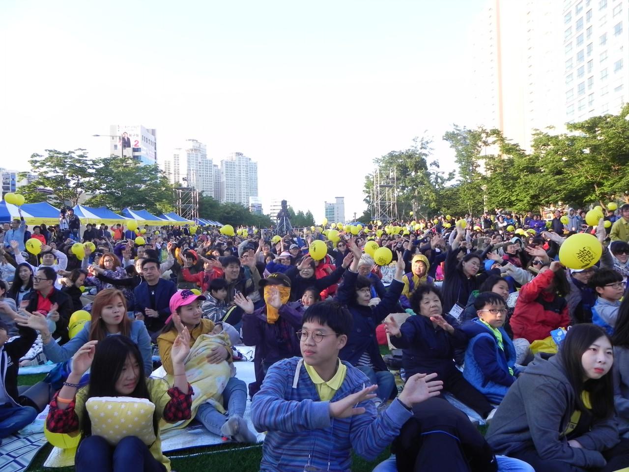 노무현 대통령 서거9주기 추모문화제 '5월, 노랑콘서트'가 부산 진구 송상현 광장에서 열렸다.