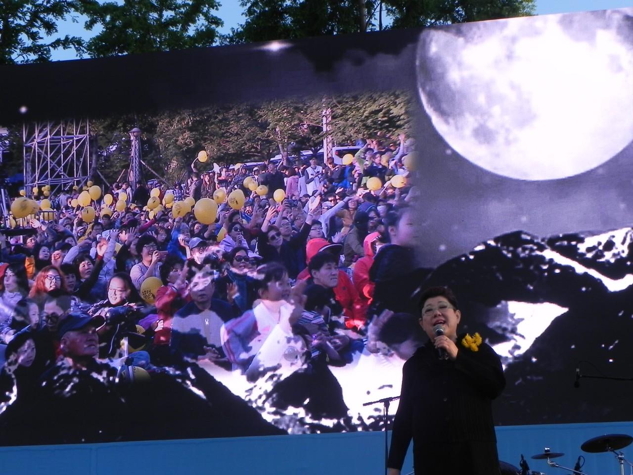 가수 양희은씨는 고 노무현 대통령의 애창곡인 '상록수'을 마지막 곡으로 불렀다.