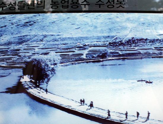 수성못의 못둑 안팎으로 물이 가득한 모습을 보여주는 옛날 사진. 이 사진은 본래 이곳이 물이 모이던 저지대였고, 자연 호수가 있었으며, 못둑이 물 가운데로 설치되었다는, 즉 수기임태랑이 수성못을 처음 조성한 것이 아니라 본래 존재하던 자연 호수를 확대했다는 사실을 짐작하게 해준다.