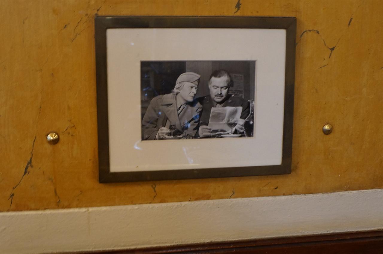 헤밍웨이 사진 카페 레 되 마고 안의 오른쪽 좌석 위에 걸린 헤밍웨이의 사진 액자.