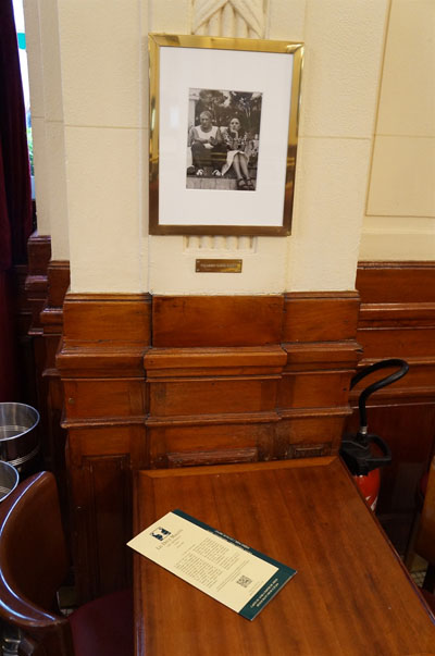 카페 안의 사진액자. 피카소가 자주 앉았던 카페 레되마고 자리 위의 벽에 걸려있는 피카소와 올리비에 사진.