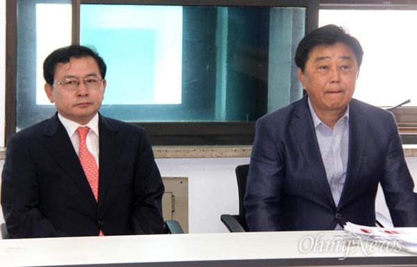 '이런교육감선출본부'가 21일 경남도교육청 브리핑실에서 가진 단일후보 발표 현장에 박성호 전 창원대 총장(오른쪽)과 김선유 전 진주교대 총장(왼쪽)이 나란히 앉아 있다.