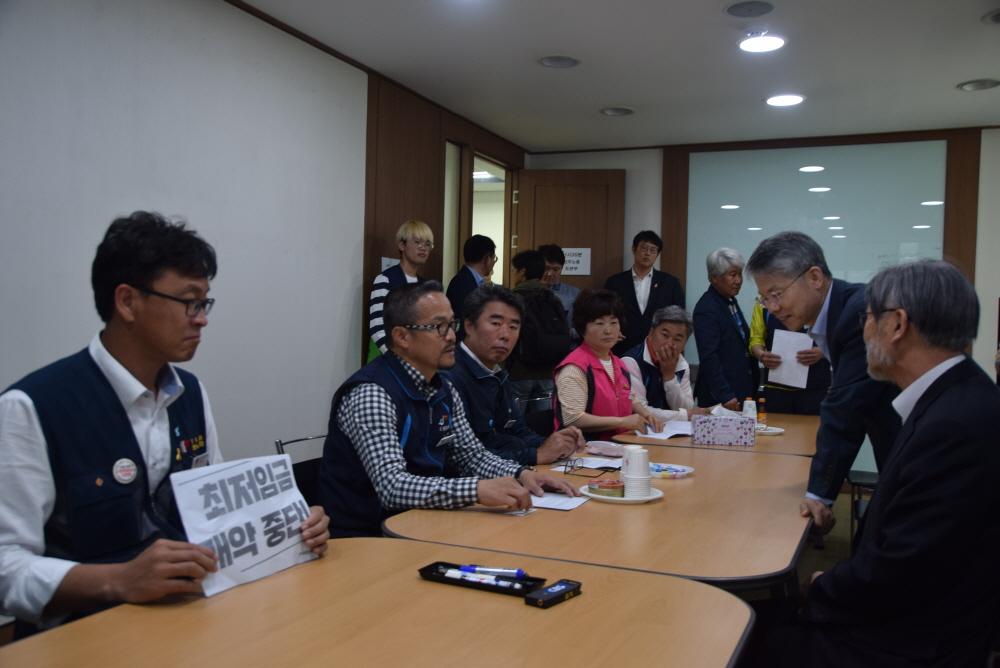 최저임금은 최저임금위원회에서 다루자 김경수 선거사무실 관계자들과 경남본부 산별연맹 대표자들과의 간담회가 진행되었다.