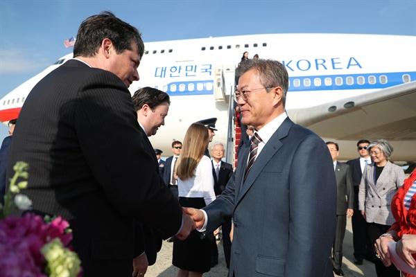 문재인 대통령이 21일 오후 (현지시간) 미국 워싱턴 앤드루스 공군기지에 도착해 램버트 동아태부차관보 대행의 영접을 받고 있다.