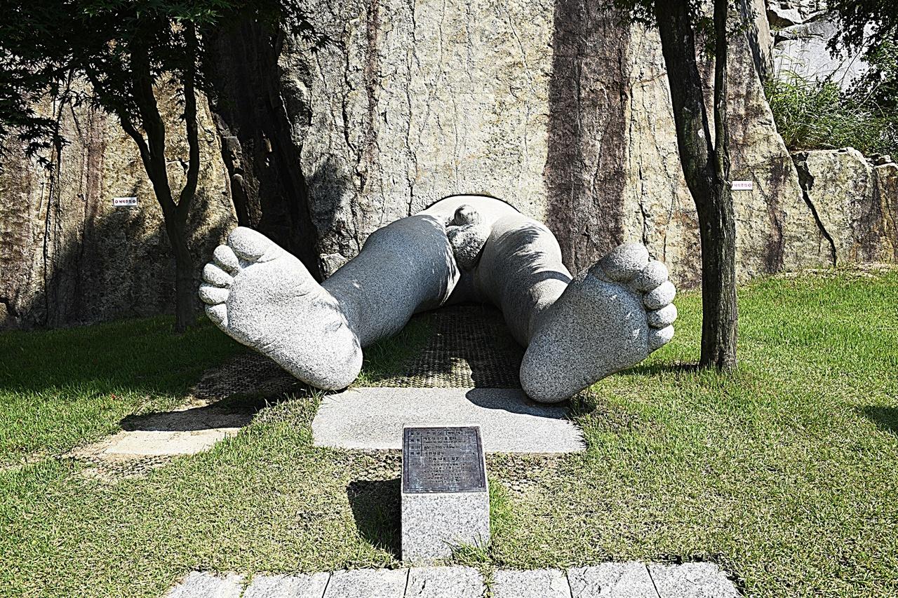 아트밸리 야외 조각 공원  대표작 '바람의 소리를 듣다'. 바위에서 사람의 다리만 튀어나와 있다. 발상이 재미있는 작품이다.