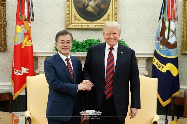 문재인 대통령과 미국 트럼프 대통령의 정상간 단독회담이 22일(현지시각) 낮 백악관 오벌 오피스에서 열렸다.