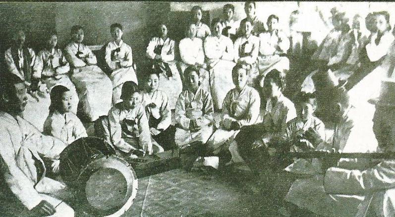 기생들의 악기 연습. <군산 해어화 100년>에 실린 사진.