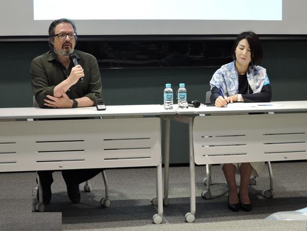 아모레퍼시픽미술관' 강당에서 열린 '라파엘 R. 로자노헤머'전 기자간담회. 작가와 이번 전시를 맡은 '김경란' 책임큐레이터(오른쪽)