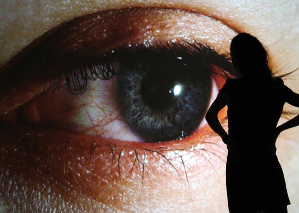 R. 로자노헤머 I '표면장력(surface tension)' 리어프로젝션스크린, 감시시스템, 맞춤형 소프트웨어. 1992. 관객이 움직이면 화면 속 '빅브라더' 눈동자도 따라 움직인다. 감시사회를 은유한 초기작품이다. 사진 작가 홈페이지