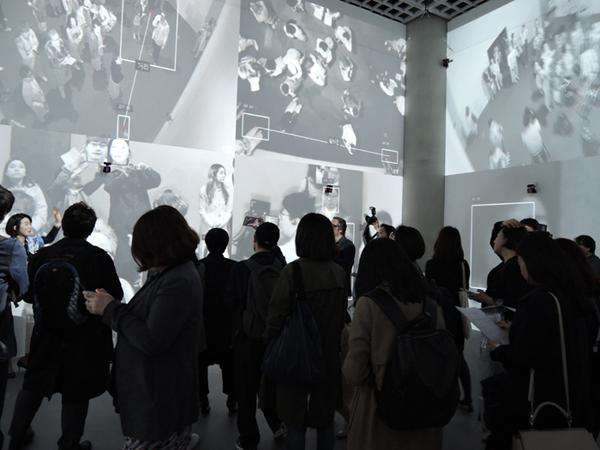 R. 로자노헤머 I '줌 파빌리옹(Zoom Pavilion)' 프로젝터, 적외선 카메라, 컴퓨터, IR 조명기, 이더넷 스위치, HDMI 및 USB 연장선, 케이블, 오픈 프레임작업 프로그래밍, 가변크기 2015 <제2전시실>