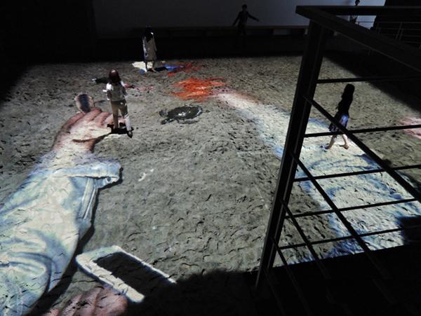 R. 로자노헤머 I '모래박스(Sandbox)_인공해변' 적외선 감시카메라, 적외선 조명기, 컴퓨터, 산업용 카메라, 프로젝터, 플라스틱 장난감, 캔버스 서버, 오픈프레임작업 프로그래밍, 가변크기 140cm×140cm 2010 <제1전시실>