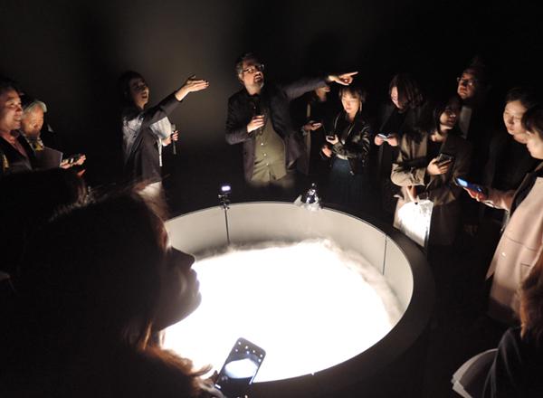 R. 로자노헤머 I '파레도리움(Pareidolium)' 초음파 아토마이저, 알루미늄 및 스틸 프레임, 전자장치, 컴퓨터, 물, 카메라, 디스플레이, 오픈프레임작업 프로그래밍. 180cm×66cm 2018