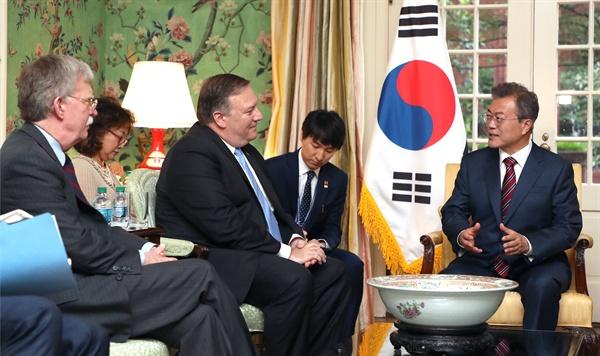 문 대통령, 폼페이오-볼턴 접견 문재인 대통령이 22일 오전(현지시간) 미국 워싱턴 영빈관에서 마이크 폼페이오 미국 국무장관(왼쪽 두 번째)과 존 볼턴 백악관 국가안보보좌관(왼쪽)을 만나 얘기를 나누고 있다.
