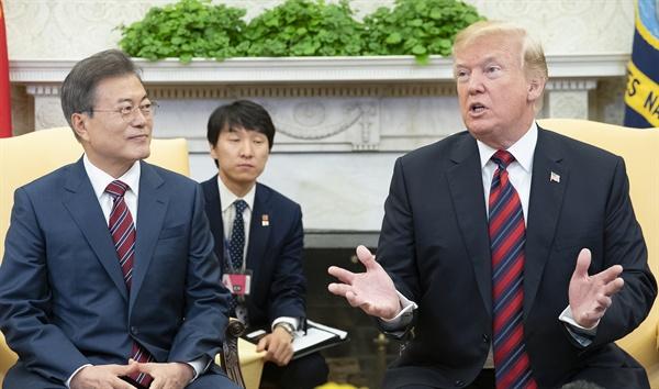 의견 나누는 문재인-트럼프 문재인 대통령이 22일 오후(현지시간) 백악관 오벌오피스에서 열린 한·미 정상 단독회담에서 도널드 트럼프 미 대통령과 환담하고 있다.