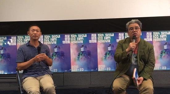 영화 '플라스틱 차이나'를 만든 황주량 감독(왼쪽)이 영화 기획과 제작 과정을 설명하고 있다. 오른쪽은 통역을 맡은 임대근 한국외대 교수.