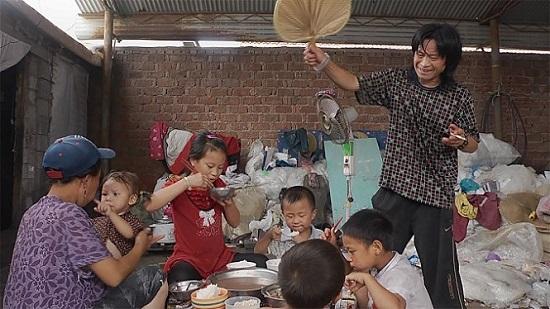 재활용 공장에서 일하는 펭과 그의 가족은 종일 쓰레기와 함께 생활한다.