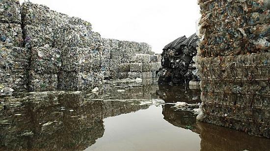 영화에 등장하는 거대한 쓰레기 산. '플라스틱 차이나'는 개봉과 함께 중국 전역에 충격을 가져다주었다.