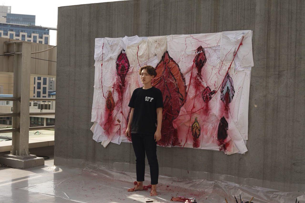티저 영상 '어떤 피도 우리를 멈출 수 없다' 촬영현장 한 여성이, 피를 흘리는 보지를 그리는 여성을 연기했다.
