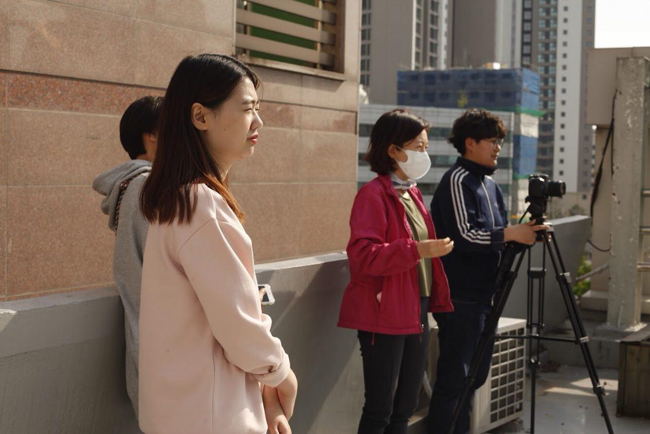 촬영장의 스태프들 찍는페미 멤버들과 연출가 박혜민씨의 모습.