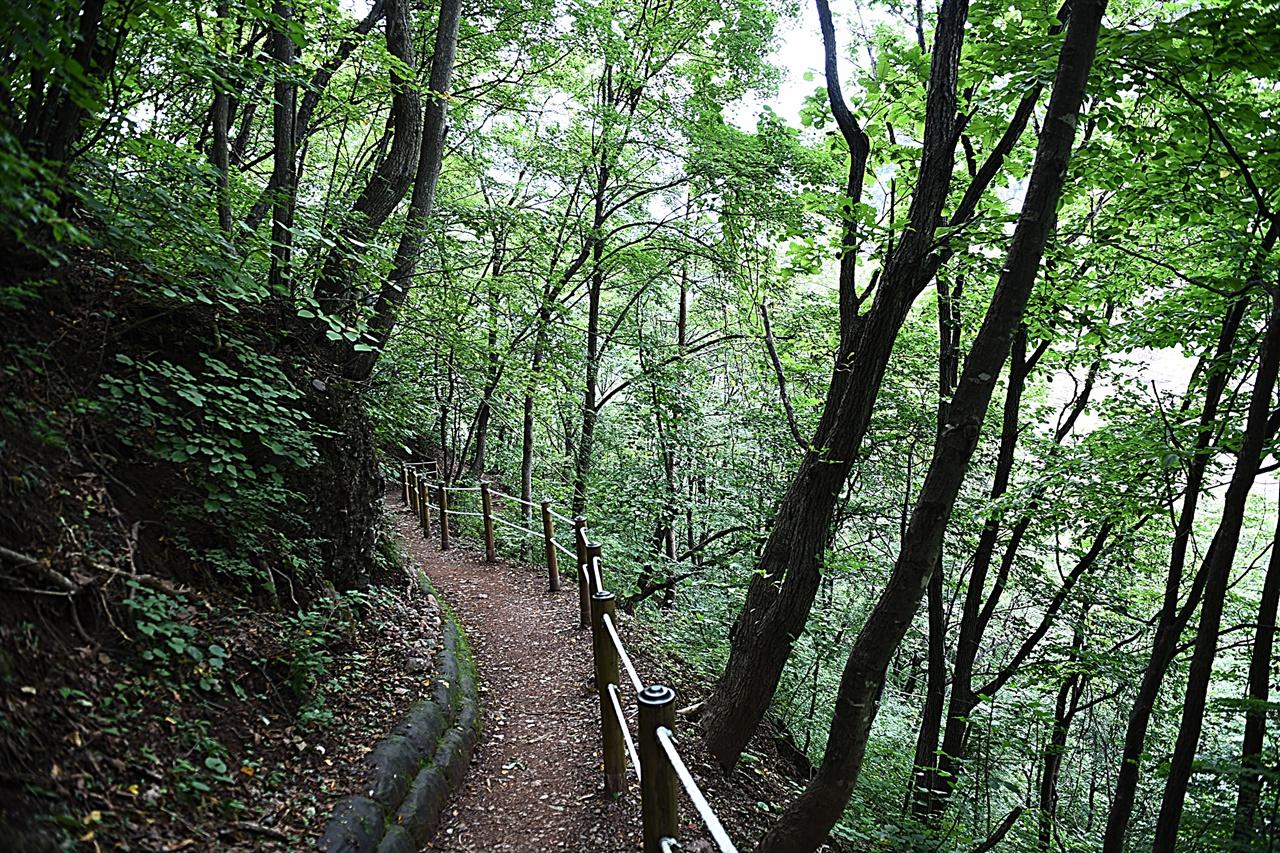 미인폭포 내려가는 길  만만치 않은 길이므로 등산 준비에 준해서 준비하고 가야 한다.