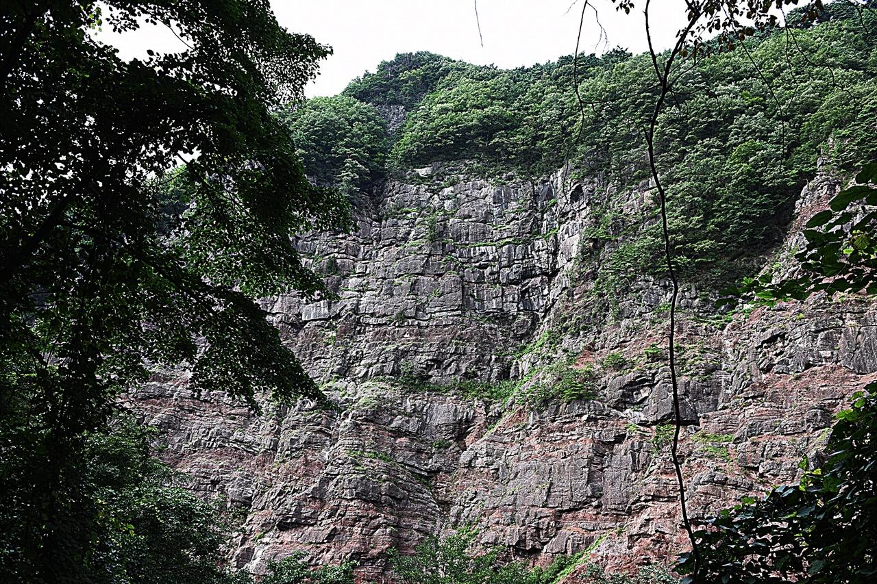 통리 협곡  수많은 책을 쌓아올린 듯한 역암층의 협곡. 우리나라에서는 보기 드문 지형이다.