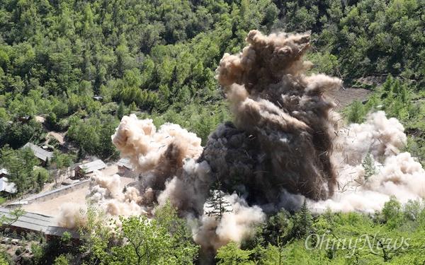 풍계리 핵실험장 관리 지휘소 폭파 24일 북한 핵무기연구소 관계자들이 함경북도 길주군 풍계리 핵실험장 폐쇄를 위한 폭파작업을 했다. 풍계리 핵실험 관리 지휘소시설 폭파순간 목조 건물들이 폭파 되며 산산이 부숴지고 있다. 이날 관리 지휘소시설 7개동을 폭파했다. 북한 핵무기연구소 관계자들은 '4번갱도는 가장 강력한 핵실험을 위해 준비했다'고 설명했다.