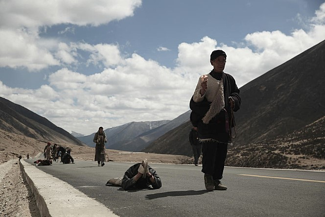 타인을 위해 '신들의 땅'으로 불리는 성지 라싸와 성산 카일라스산(수미산)으로 순례를 떠나는 사람들의 여정을 다룬 영화 <영혼의 순례길>(2015) 한 장면