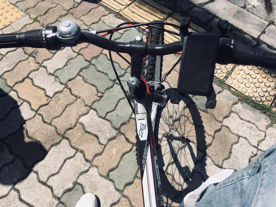 스마트폰 거치대 자전거 핸들에 스마트폰 거치대를 달고 노래를 듣는다