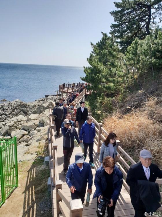지난달 12일 개방한 바다향기로 외옹치구간이 탐방객들로 부터 큰 인기를 얻고 있다.