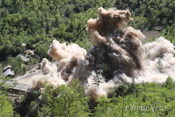 핵실험장 지휘소 폭파 24일 북한 핵무기연구소 관계자들이 함경북도 길주군 풍계리 핵실험장 폐쇄를 위한 폭파작업을 했다. 풍계리 핵실험 관리 지휘소시설 폭파순간 목조 건물들이 폭파 되며 산산이 부숴지고 있다. 이날 관리 지휘소시설 7개동을 폭파했다.북한 핵무기연구소 관계자들은 '4번갱도는 가장 강력한 핵실험을 위해 준비했다'고 설명했다.