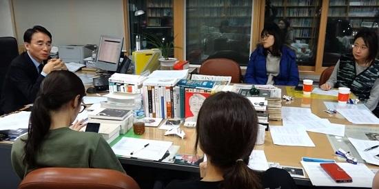 교수연구실 등에서 주로 야간 과외로 이뤄지는 튜토리얼은 실무능력과 인문사회교양을 집중적으로 쌓기 위한 제도로, 독서와 토론을 통해 지식을 공유하고 첨삭지도 등을 받는다.