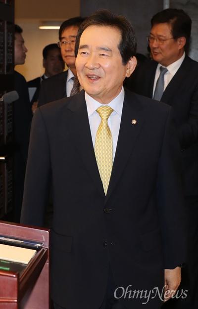 정세균 국회의장이 28일 오전 국회접견실에서 퇴임 기자간담회를 하기 위해 입장하고 있다.