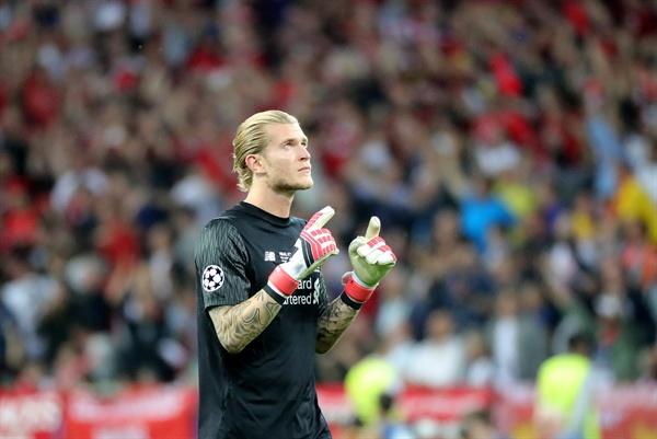26일(현지 시각) 우즈베키스탄 NSC 올림피스키 스타디움에서 열린 레알 마드리드와 리버풀 FC의 'UEFA 챔피언스 결승전'에서 리버풀의 골키퍼 로리스 카리우스가 동료의 득점에 안도하고 있다.