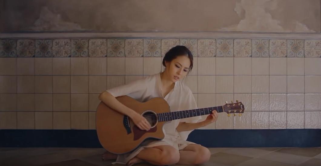 박지윤 '나무가 되는 꿈' 뮤직비디오의 한 장면
