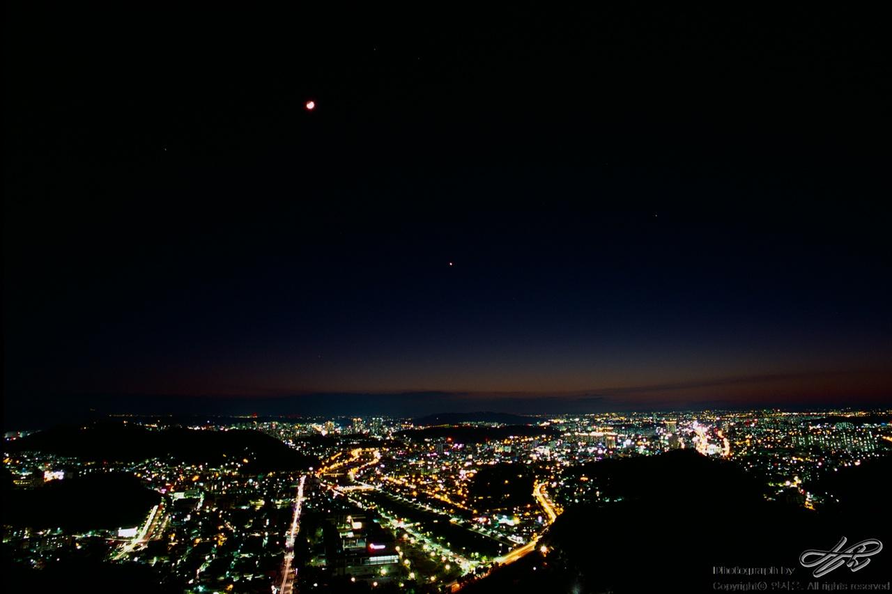 달과 밤과 전주 (Provia100F)반달보다 약간 덜 찬 달이 떠 있는 밤이었다. 노출이 길어, 달빛이 번져서 더 크게 나왔다.