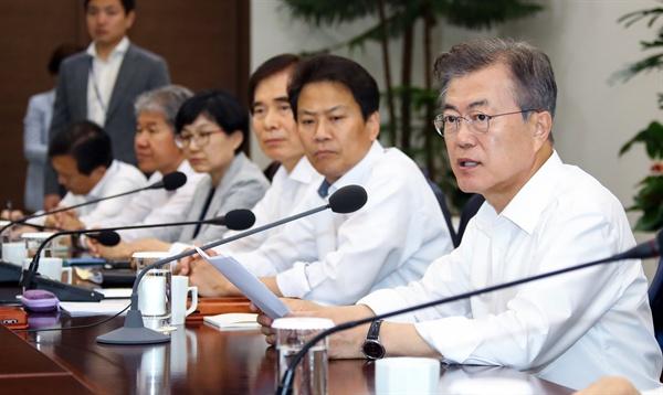 수석·보좌관 회의 발언하는 문 대통령 문재인 대통령이 28일 오후 청와대 여민관에서 열린 수석·보좌관회의에서 발언하고 있다.