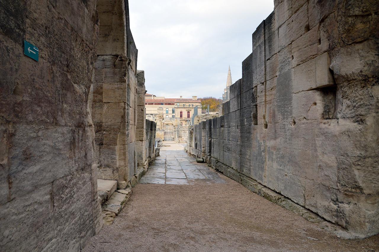 고대극장 안으로. 고대극장 무대로 이어지는 벽면은 오랜 세월에도 잘 남아 있다.