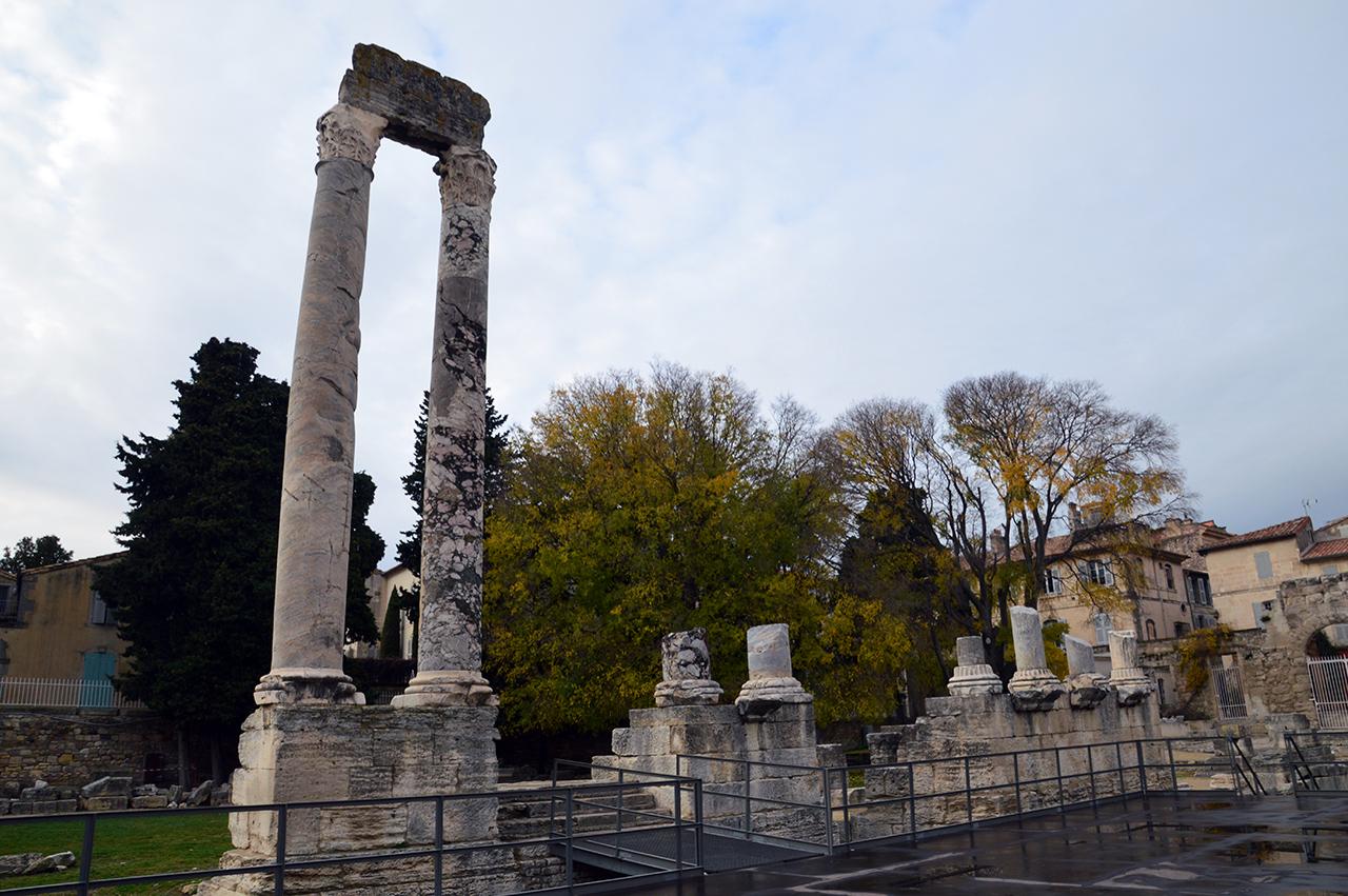 고대극장 기둥. 극장의 무너진 벽면에는 대리석 기둥 2개만이 외로이 서 있다.