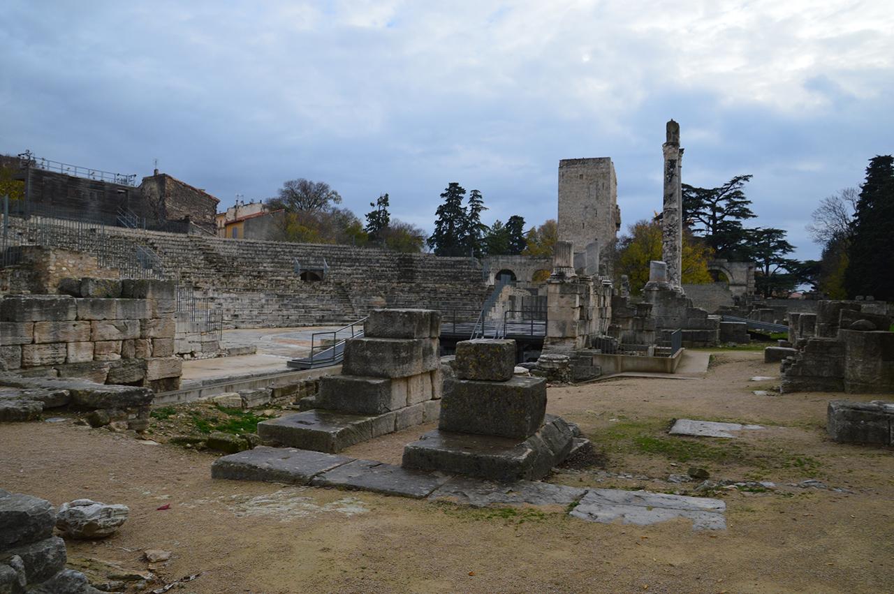 고대극장의 무너진 벽면. 이 무너진 극장 벽면에 미의 여신, 아를의 비너스가 세워져 있었다.